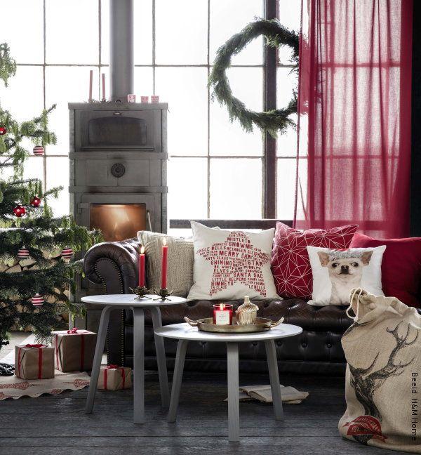 Kerst 2015 – H&M Home Kerst Collectie 2015 – H&M Kerstdecoratie voor in de Woonkamer bij de Haard: Kaarsen, Kerstballen voor de Kerstboom, Kussens , Kerstcadeaus in Wit, Rood, Naturel Kleuren bij de Chesterfield Bank – MEER Kerst… (Foto H&M Home Christmas 2015  op DroomHome.nl)