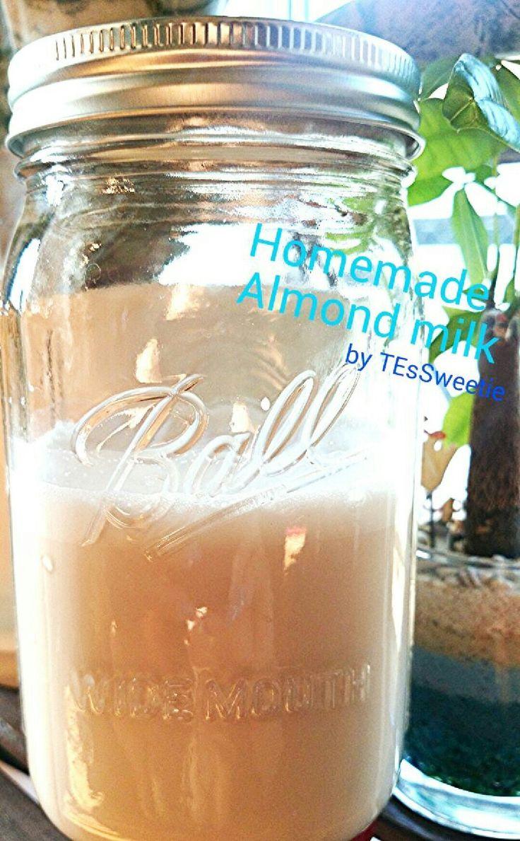 自家製アーモンドミルク♪ビタミンE豊富★  栄養たっぷりのアーモンドミルクを簡単にホームメイド♪用意するものはアーモンド・水・塩少し、あとは…100均のメッシュ袋! 材料 (約550ml)生アーモンド 100g ミネラルウォーター(水) 550ml  塩 少々 浸水用の水 適量 作り方 1アーモンドを浸水⇒アーモンドがちゃんと浸るくらいの水を入れて常温で一晩浸水させる(8~12時間)。2アーモンドがふっくらしています♪軽く水洗いをして水気を切る。3ミキサーに②とミネラルウォーターを入れて、4ガーっと撹拌♪50秒くらい☆5大きめのボウルにメッシュ袋をセット!※専用のナッツミルクバッグというのがありますが100均の小さめ洗濯ネットで十分♪ 6⑤に④を入れてしっかりしぼります。ボウルにはこんなに美しいミルクが♪※キレイな手でしぼりましょう!7⑥にお塩を少し入れて(作りたてをすぐに飲みきる場合は入れなくてOK)、容器に入れてできあがり☆数日中に飲みきりましょう♪8※メッシュ袋に残ったアーモンドパルプ(残りかす)は捨てないで!おいしいし栄養もあるのでお料理やクッキー生地に混ぜて再利用