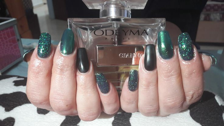 Black nails with green mirror and glitter