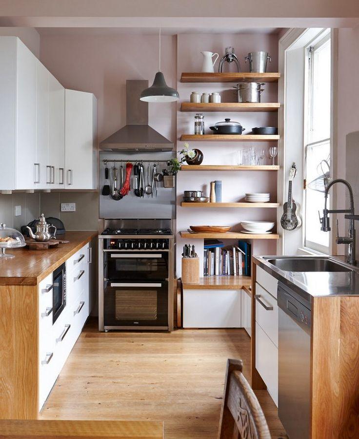 Nyitott polcok, fa és fehér felületek kombinációja kis konyhában