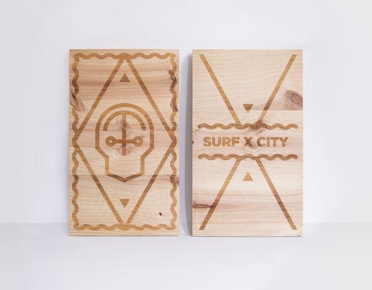 """SurfCity - Expo   Participamos en la exposición """"Surfcity, we are antonyms"""" con dos piezas de madera grabadas a láser. Dos conceptos antónimos, surf vs. ciudad, se fusionan como tema central en esta exposición colectiva e itinerante.  *Exposición organizada por Agua de surf."""