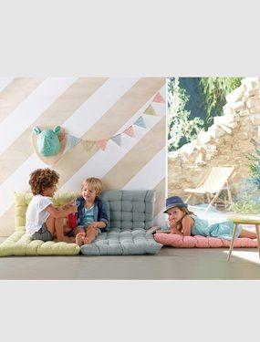 So wird´s gemütlich: Die weiche Kinder Bodenmatratze ist toll zum Kuscheln, Rumlümmeln, Lesen und Ausruhen. Ein paar Kissen dazu und fertig ist die Kuschelecke! Das Liegepolster für Kinderzimmer ist vielfältig einsetzbar und in verschiedenen Farben erhältlich. Produktdetails:Bodenmatratze: Bezug reine Baumwolle, nicht abnehmbar. Füllung 100 % Polyester. Polstersteppung. 60 x 120 cm. Höhe 5 cm. Griffe an den beiden kurzen Seiten. Gemustert.;