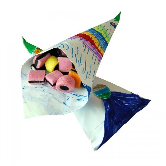 Laat de kinderen een mooie tekening maken en vouw daarvan een snoepzak. Zet een bak met snoep op tafel en laat ze hun zak vullen. Sluit hem met een sticker af. Erg leuk voor een kinderfeestje: heb je iets te doen en iets om mee te geven!
