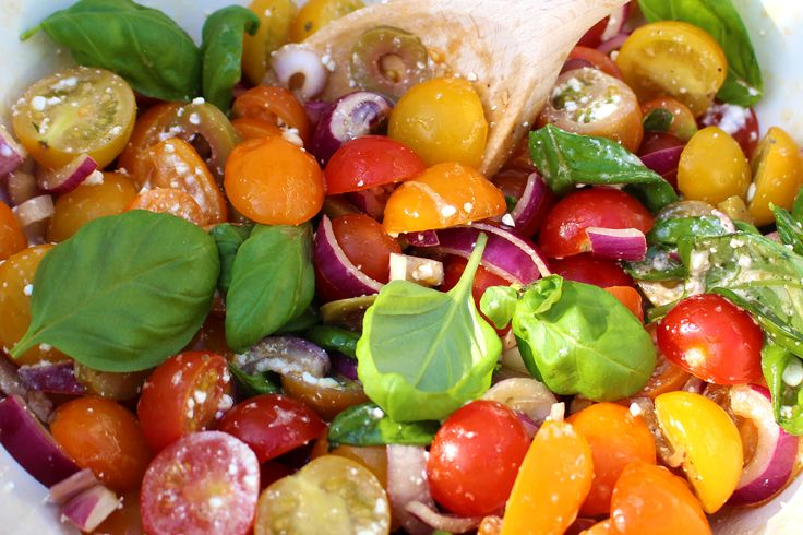 Bijgerecht: tomatensalade Ingrediënten 400 gram cherrytomaten 2 rode uien 50 gram groene olijven 4 el olijfolie extra vierge 15 g basilicum(bakje) 100 gram hüttenkäse Balsamico azijn. Zout peper Zo maak je het: Snijd de tomaten in partjes, en de uien in ringen. Doe de tomaten, uien en de olijven in een schaal. Voeg de olijfolie en balsamico toe. Pluk deContinue Reading