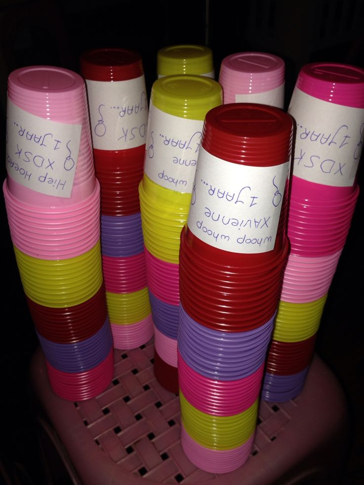 Gekleurde bekers gebruikt voor Xavienne's bday-Bash! Op elke beker heb ik een tekst zelf geschreven en erop geplakt! In totaal 4 verschillende teksten # super leuk, dan standaard gewoon bekers/ cups!