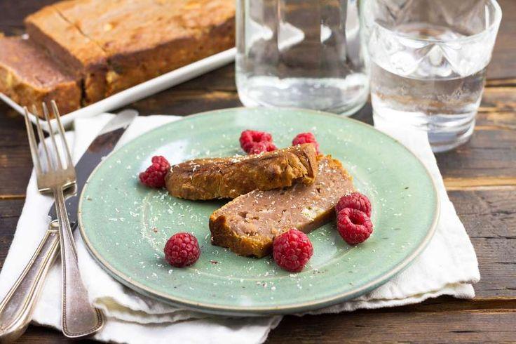 Recept voor frambozencake voor 4 personen. Met boter, satéprikkers, ei, zelfrijzend bakmeel , honing, boter, framboos, witte chocolade en vijgen