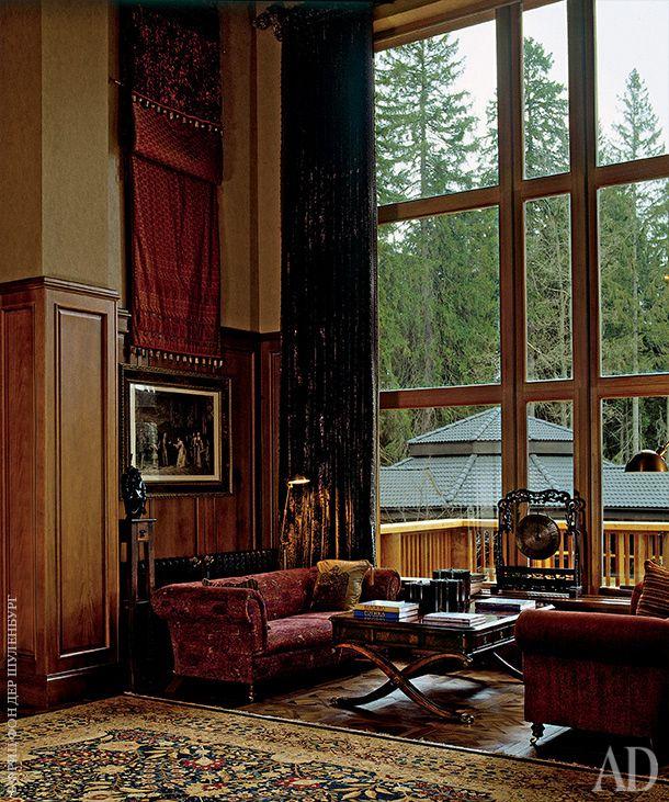 Фойе на первом этаже. Зеркало, Provasi; консоль, Harrison & Gil. Над гравюрой в текстильной раме — композиция из индийского сари, сделанная на заказ.