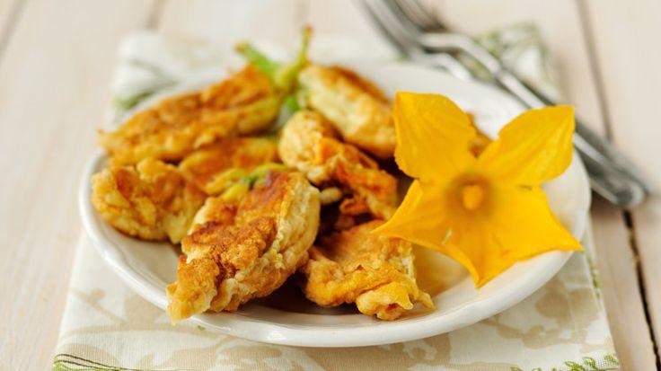 Courgettes zijn lekker! Maar wist je dat je ook van de courgettebloemen heerlijke gerechten kunt maken? Bijvoorbeeld deze beignets van courgettebloemen. Ingrediënten 12 courgettebloemen 250 g bloem zout ½ kop olijfolie 1 ½ kop warm water 2 eiwitten frituurolie Kies je favoriete vulling: Een reepje kaas of wat mozzarella. Ricotta vermengd met ansjovisfilet en fijngeknipte…