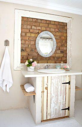Rustykalna łazienka z ceglaną ścianą