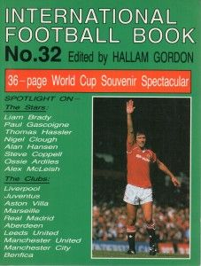 International Football Book No. 32 in 1987 featuring Bryan Robson of Man Utd on the cover.