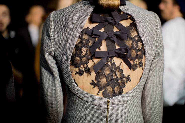 Rochas Fall 2017: Lazos en la espalda, apunta la idea para tus looks de invitada perfecta.