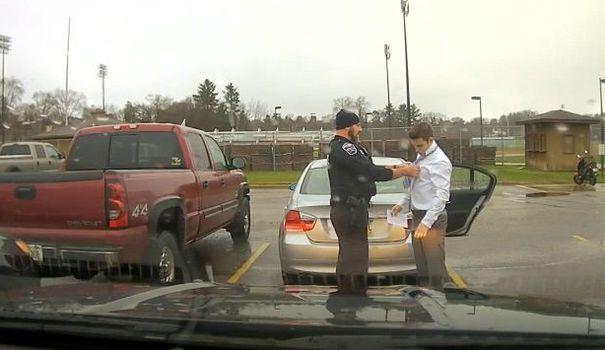 Un jeune homme un peu pressé s'est fait arrêter pour excès de vitesse par un policier dans le Wisconsin. Heureusement pour lui, il est tombé sur un policer compréhensif qui, en plus, savait faire les noeuds de cravate.