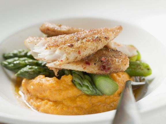 Gebratener Pangasius mit grünem Spargel und Süßkartoffelbrei ist ein Rezept mit frischen Zutaten aus der Kategorie Sprossgemüse. Probieren Sie dieses und weitere Rezepte von EAT SMARTER!