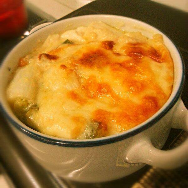 今夜は和風のヘルシーグラタン(*´∀`)  長ねぎを塩コショウでこんがり焼いて、お豆腐と一緒に耐熱容器へ。  おんなじフライパンでホワイトソースを作りました。 牛乳の代わりに豆乳を使って、お味噌で味付け!!  具にソースをとろーりかけたら、ピザ用チーズをたっぷりかけて、こんがりするまで焼いちゃう(σ≧▽≦)σ  おネギがあまーくて、豆腐と豆乳とお味噌が仲良しで、そこにチーズがあーうー(*ノ▽ノ)※。.:*:・'°☆  太くて美味しそうな長ねぎを見付けたら、是非お試しあれ♪ - 138件のもぐもぐ - 長ねぎとお豆腐のホワイトみそース(笑)グラタン(*´∀`)♪ by yuki04