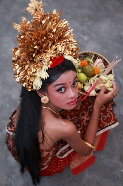 """Bali - Balinese dancer with her """"sajeng"""" (temple offering)"""