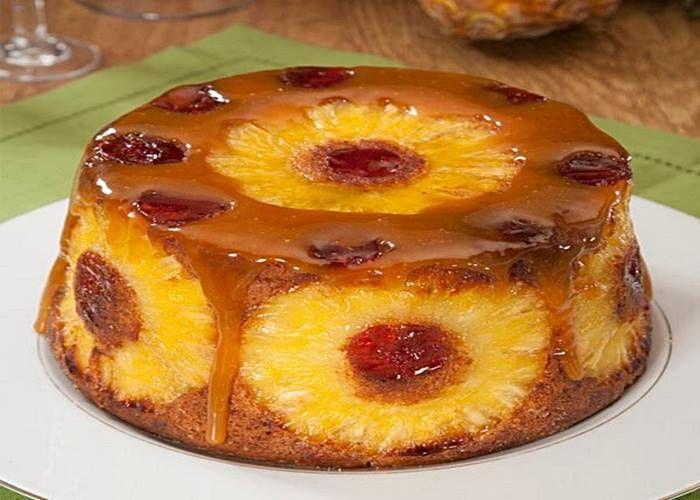 INGREDIENTES MASSA: 3 ovos 150 g de açúcar amarelo 120 g de Manteiga 150 g de farinha 1 c. (de café) de fermento em pó 1 c. (de café) de aroma a baunilha 6 rodelas de ananás 8 cerejas em calda MOLHO: 150 g de açúcar 5 c. (de sopa) de natas 3 c. (de …