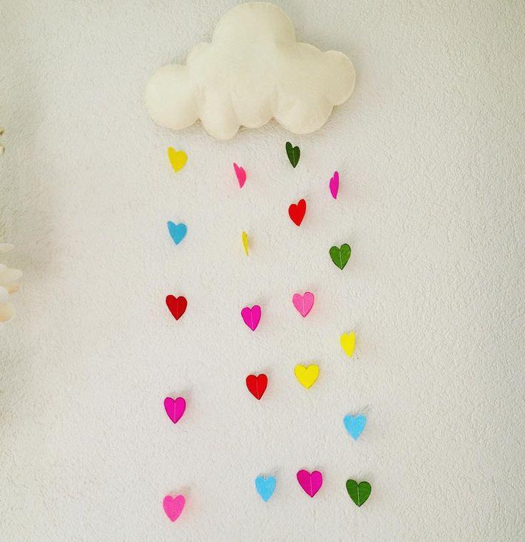 Kalp yağdıran sevimli bulut.  Keçe, keçeden kapı süsü, keçe magnet, keçe işi, keçe bebek, keçe tasarımı