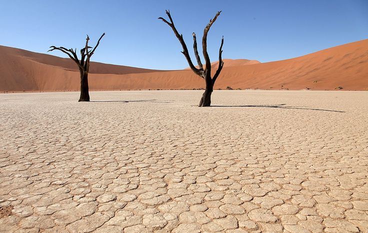 «Долина Смерти» в Америке. Национальный парк на границе штатов Невада и Калифорния можно назвать самым загадочным и мистическим местом на Земле. В древности «Долина смерти» располагалась на дне море. В наши дни это часть суши с огромными каменными глыбами, песчаными дюнами и скалистыми образованиями. До сих пор никто не может точно объяснить природу движущихся камней, которые самостоятельно ползут по долине и оставляют длинные следы на грунте.