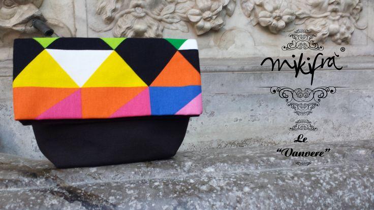 Pochette Cunsata: Mini Bag in cotone nero e colorato a fantasia triangolare.
