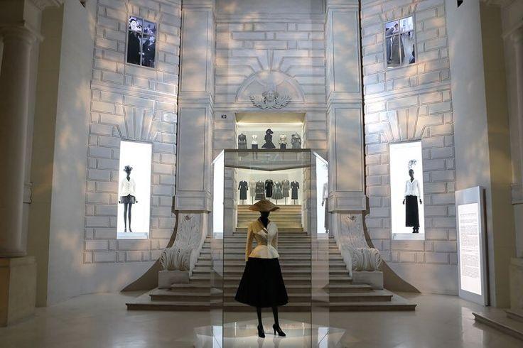 《ディオールの創業70周年を祝う大回顧展「クリスチャン・ディオール、夢のクチュリエ」装飾芸術美術館で開催中 From パリ支局》動画あり📹  1947年に「ニュールック」を発表し、センセーションを巻き起こしたクリスチャン・ディオール。そのデビューコレクションから現在までの300点以上にのぼるオートクチュールのドレスが集められた壮大な展覧会。今回は、動画でその模様をお届け!  http://soen.tokyo/fashion/feature/fromparis170725.html