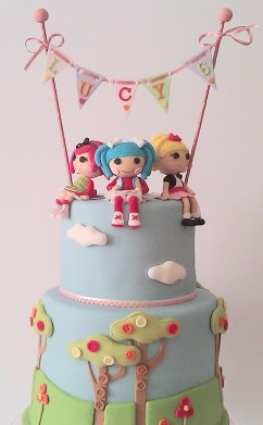 We just lalaloved the trees and sky detail on this Lalaloopsy cake!