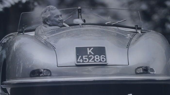 """Vijf originele Porsche showroom posters - 76 x 101 cm - periode 2004 / 2009  Vijf verschillende Porsche showroom posters allen met kenmerk """"Dr. ing. h.c. Porsche AG. 70435 Stutgart. Printed in Germany"""". Poster 1 Foto van Ferry Porsche in zijn favoriete Porsche datum foto 07 / 2009 nr WSRC100110S030 (onderdeel van poster nr 2) ter ere van het 100 jarig bestaan van Porsche. Deze poster is voorzien van een Frans onderschrift en staat het 100 jarig jubileum ook in het Frans. Poster 2 Porsche 911…"""