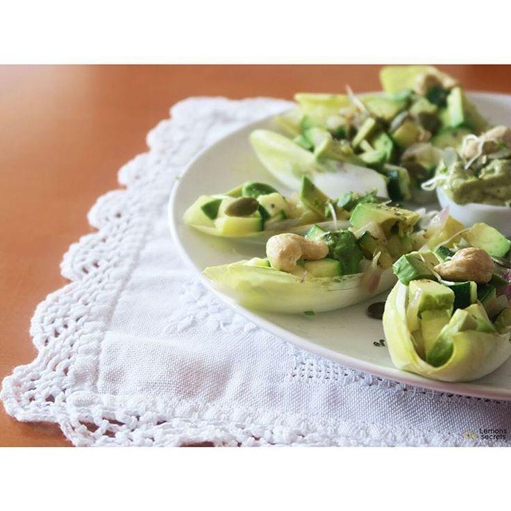 Hojas de endibia rellenas de aguacate, cebolla, calabacín, germinados y anacardos acompañados del buen guacamole