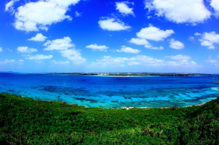 宮古島といえば常夏の沖縄県にある豊かな自然に囲まれた島。どこまでも続く青い空、青い海。ここが日本?と驚くような景色を一度は見てみたいもの。マリンスポーツを楽しむのにも絶好のロケーションです。でもこの島の良さはそれだけではありません。他にも見どころがいっぱいあるんです♪どうせ行くならその魅力を全て味わい尽くしたいですよね!そこで是非押さえておきたいおきたい注目の人気スポットをどーんと41か所ご...