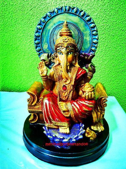 Um deus com corpo de menino e cabeça de elefante. Ganesha é assim porque teve a cabeça equivocadamente degolada por seu pai, Shiva. Desesperado, Shiva promete à mulher, Parvati, que colocaria no garoto a cabeça do primeiro ser vivo que encontrasse e foi um elefante recém-nascido. Embora o resultado tenha sido inusitado, o deus Vishnu concedeu uma bênção especial a Ganesha: ele sempre seria reverenciado em primeiro lugar em qualquer cerimônia. Por isso, é o deus mais adorado da Índia e ...
