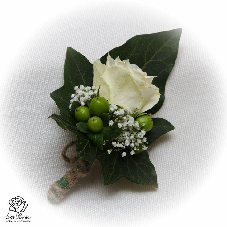 Corsage, materiaal witte Roos, groene Hypericum, wit Gipskruid en klimopblad en de afwerking met touw.