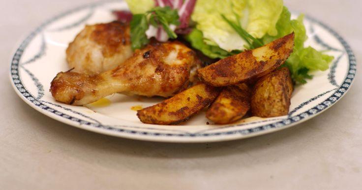Kip met sla en aardappelen zijn een winnaarstrio. Jeroen maakt een combinatie van smakelijke 'drumsticks' - de kuiten van de kip -, met pittige partjes aardappel – wedges, op z'n Engels - en een gemengde groene sla. Ideaal voor wie graag peuzelt aan zo'n lekker stukje kip en tegelijk houdt van een beetje pit in z'n bord.extra materiaal:een fijne raspeen vel aluminiumfolie2 braadsledes