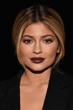 Beauty Trend dunkle Lippen. Diesen Winter kann Frau wieder auf dunkelbraunen Lippenstift setzen. Kylie Jenner zeigt wie man dunkle Lippen in Szene setzt