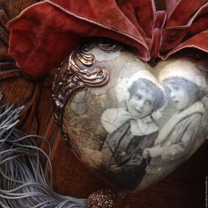 Купить или заказать 'Старый фотоальбом. Зима' Керамическое Интерьерное Сердце в интернет-магазине на Ярмарке Мастеров. ПРОДАНО! Интерьерное керамическое сердце. Кракле, состаривание, красивый состаренный текстильные декор. Кисть расшита бисером. Богатый декор, имитирующий металл. Единственный экземпляр. Без повтора.