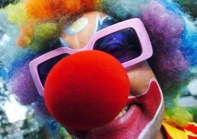 Elemente de poveste: Un clown, un furt, un iPad si Steve Jobs