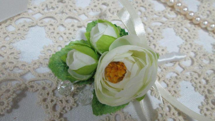 Бутоньерка для жениха или свидетеля ручной работы из маленьких роз цвета айвори. #свадьбы #бутоньерка  #айвори #для_жениха #для_свидетеля #soprunstudio
