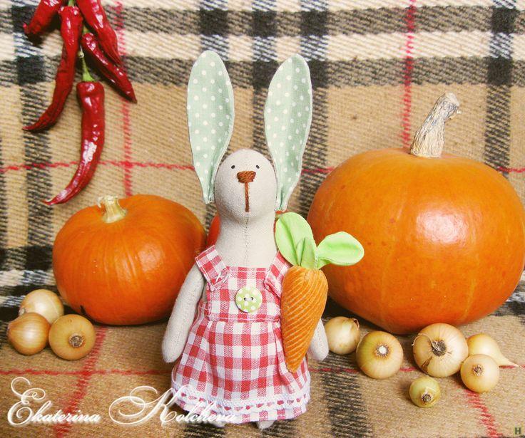 Тильда заяц купить недорого в интернет магазине товаров ручной работы  HandClub.ru  Заюшка-хозяюшка станет для Вас чудесной помощницей по дому. В то время, когда Вы будете заняты, она верно будет хранить тепло и уют :) рост с ушками 22см.