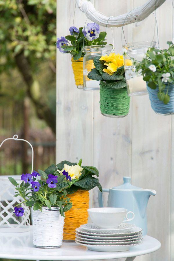 Gebruik glazen potjes ook eens als alternatieve bloempotjes. Kijk voor meer tips op www.tuinen.nl #upcycle #diy