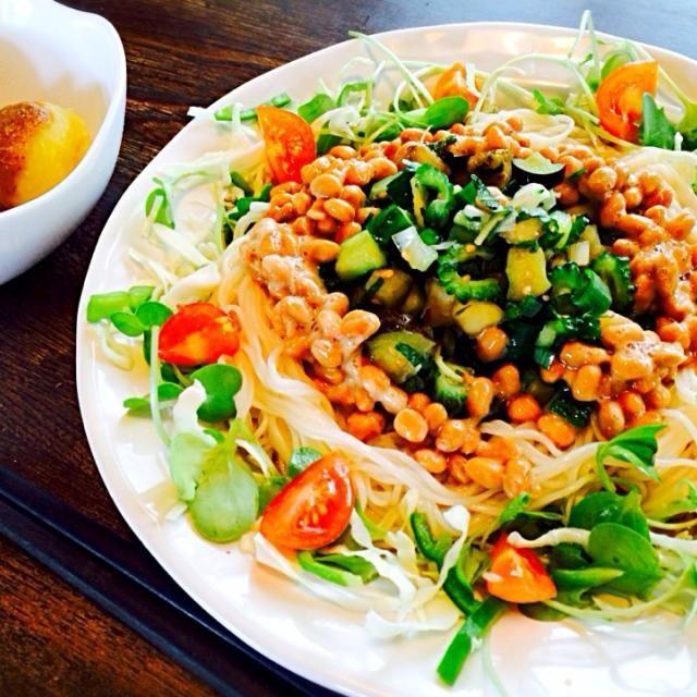 山形だし風のお野菜にはゴーヤ、胡瓜、茄子、大葉、生姜を。周囲につまみなやキャベツの千切り、トマトを添えました。 - 28件のもぐもぐ - 夏野菜と納豆のサラダ素麺と自家製男爵の蒸かしたんゴマだれがけ by toki69