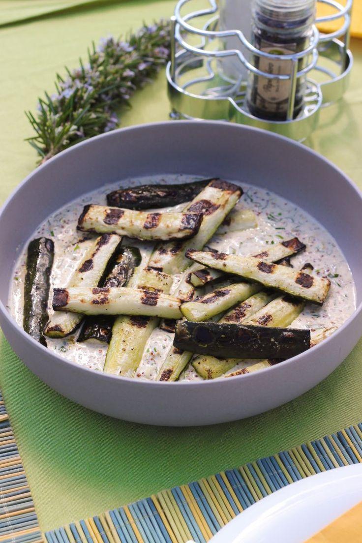 """Het lekkerste recept voor """"Gegrilde komkommer met ansjovis"""" vind je bij njam! Ontdek nu meer dan duizenden smakelijke njam!-recepten voor alledaags kookplezier!"""
