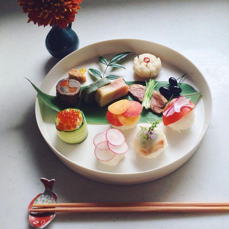 「Today's breakfast. おせち2日目は手まり寿司を加えてワンプレートに みなさま穏やかなお正月をお過ごしくださいね☺︎」