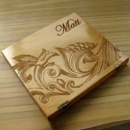Caja de madera grabada en láser y acabado en laca transparente