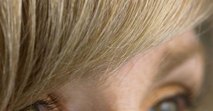Peinados para ocultar un flequillo mal cortado. Un flequillo mal cortado es una desgracia que debes tolerar. El cabello no crece de un día para otro y tratar de repararlo con otro corte puede empeorar las cosas. Sin embargo, esto no significa que debas quedarte encerrada hasta tu próximo corte. Algunos peinados pueden ayudarte a ocultar un flequillo desproporcionado y devolverte la confianza.
