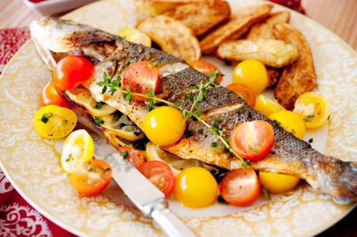Peixe à grega com tomates marinados