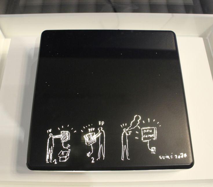 """Lámpara """"Do Scratch"""" de Martí Guixé para la colección """"Do Create"""" de Droog Design, 2000. A partir de una pieza pintada de negro, la idea es dibujar la superficie del modo que uno quiera y rascar el dibujo para dejar pasar la luz a través de él."""