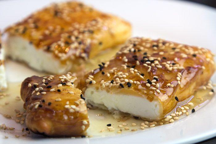 Η εύκολη και δημοφιλής συνταγή μας για σαγανάκι φέτας τυλιγμένη σε φύλλο με μέλι και σουσάμι τώρα και σε βίντεο με το μικρό της μυστικό που κάνει τη διαφορά