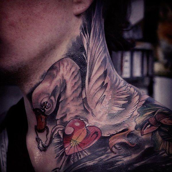tatuaże 3d łabędź na szyi