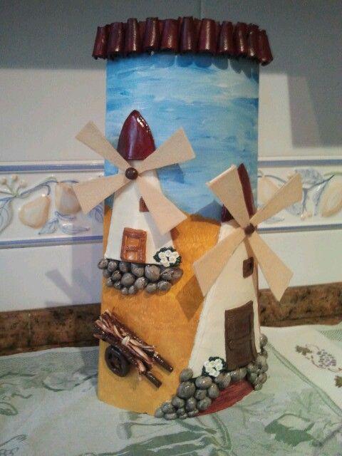 Teja decorada con masa relieve haciendo molinos!