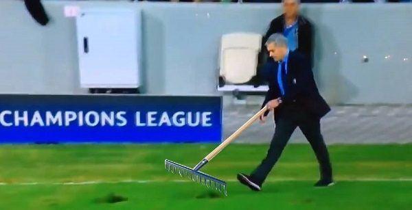 Jose Mourinho znalazł sobie nową ambitniejszą pracę • Portugalczyk śmiga z grabiami na boisku piłkarskim • Wejdź i zobacz mem >> #mourinho #funny #football #soccer #sports #pilkanozna
