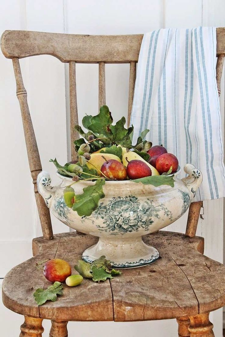 coupe en porcelaine antique remplie de fruits, glands verts et feuilles en tant que déco d'automne DIY originale