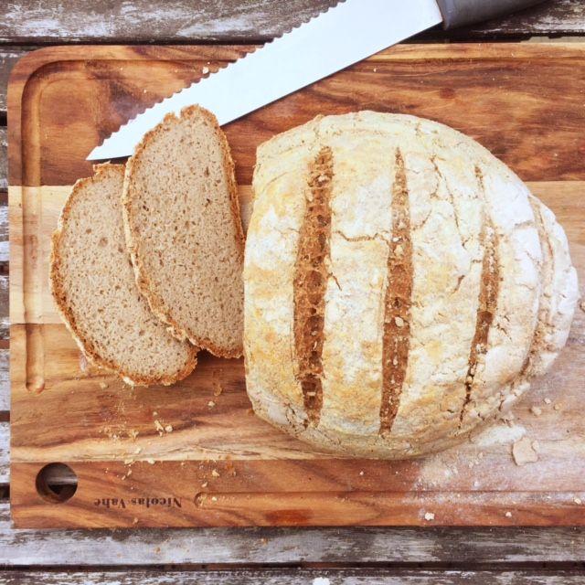 Ett saftigt, rejält och gott bröd som mättar till frukost eller som matbröd. Ingredienserna är få, ekonomiska, och enkla att få tag i så det här är ett perfekt vardagsbröd. Skiva upp bovetebrödet,…